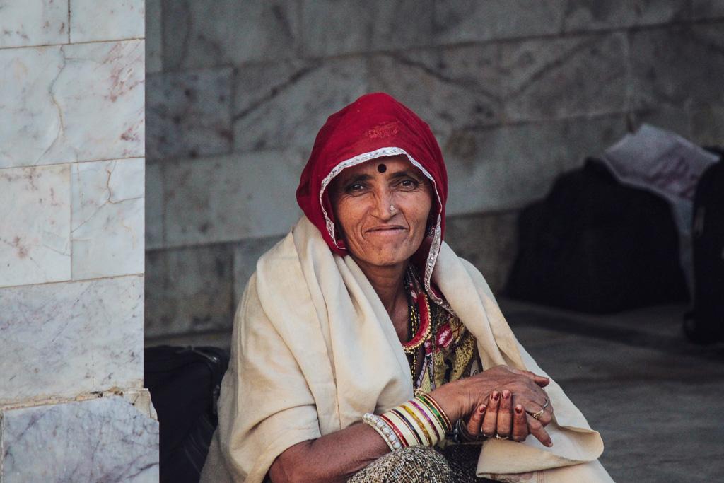 Femme sur un quai de gare en Inde