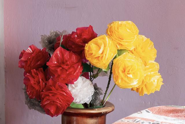 El Guabo Awashamu - fleurs faites en plastique recyclé
